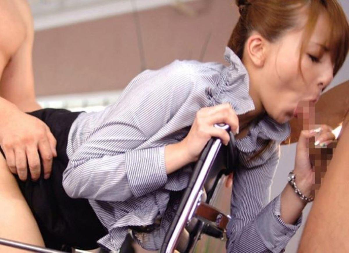 メガネOLが会社内で上司に丁寧な手コキフェラ奉仕するエロ画像8枚目