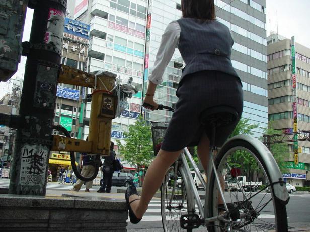 わざとパンチラする自転車パンストOLエロ画像5枚目