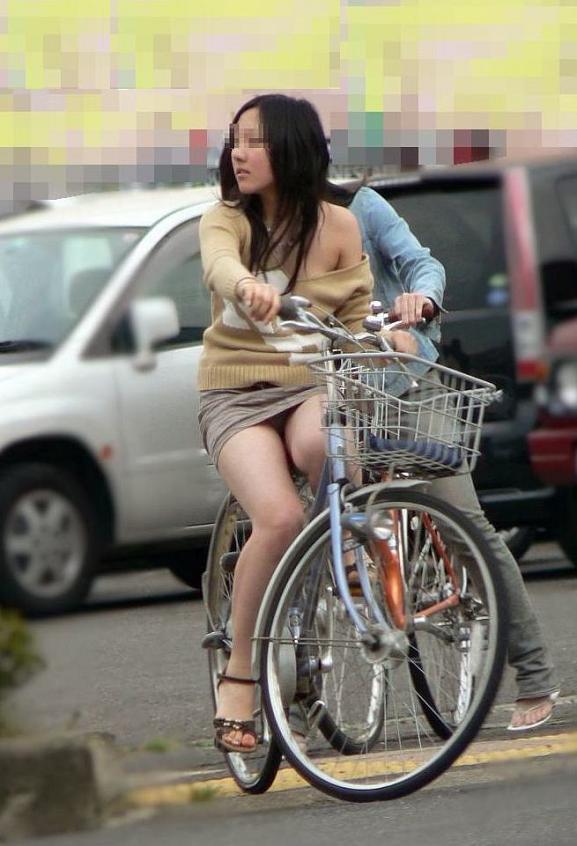 わざとパンチラする自転車パンストOLエロ画像6枚目