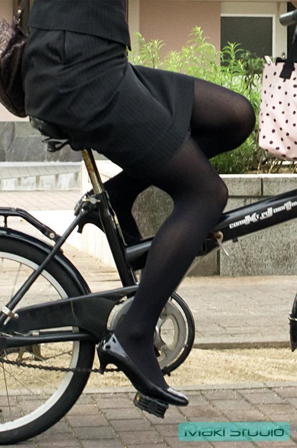 わざとパンチラする自転車パンストOLエロ画像9枚目