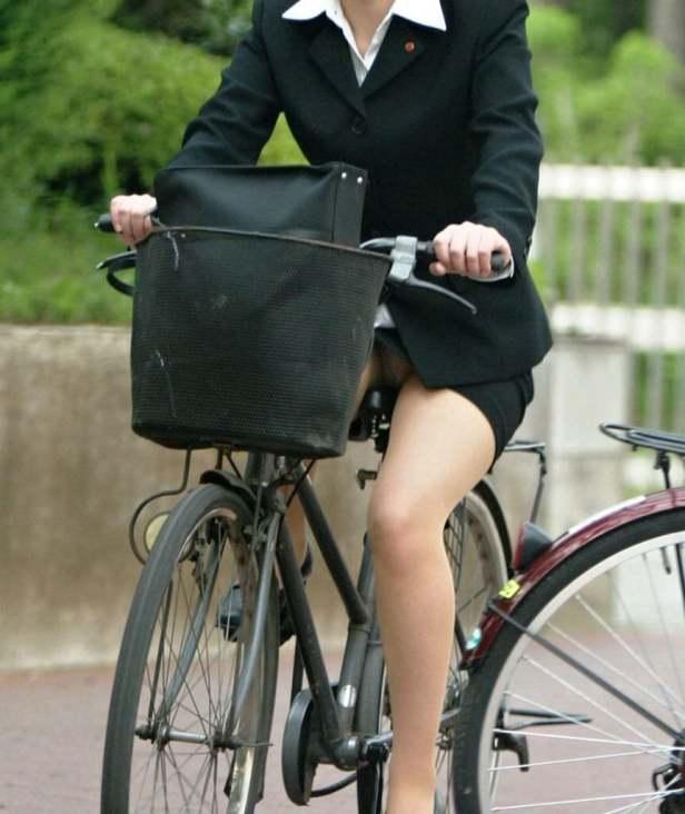 わざとパンチラする自転車パンストOLエロ画像13枚目