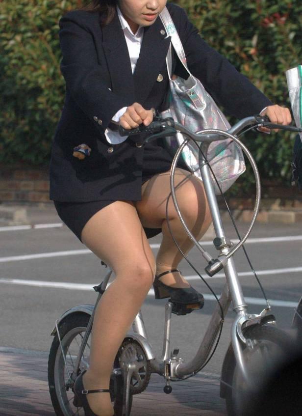 わざとパンチラする自転車パンストOLエロ画像14枚目