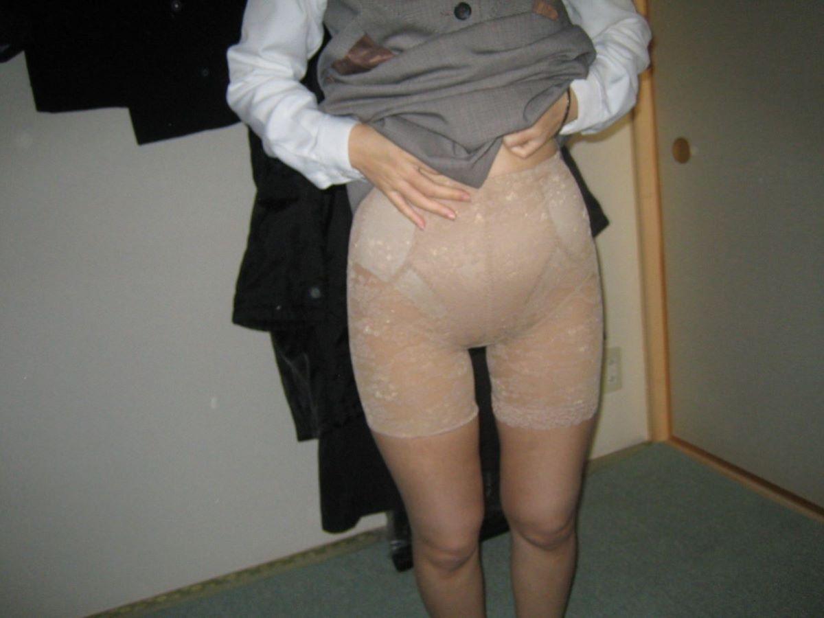 事務のおばちゃんOLの恥ずかしい下着姿のエロ画像10枚目