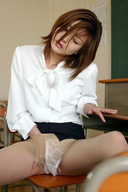 乳白色の巨乳を揉みしだかれる女教師のエロ画像4枚目