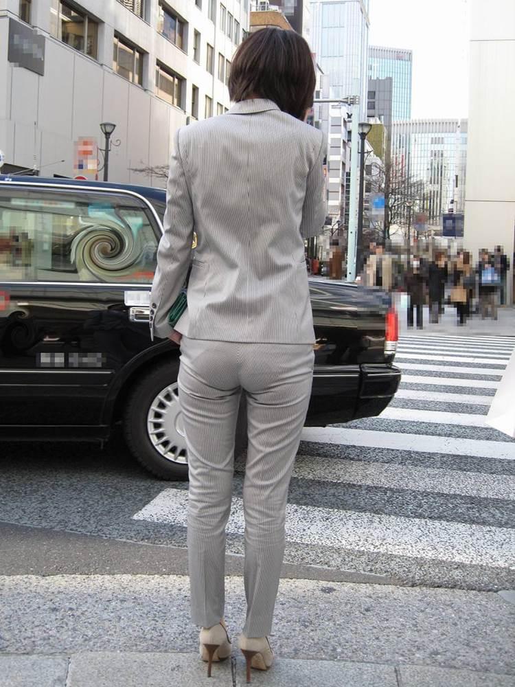 スーツに張り付くOLの巨尻パンティラインエロ画像3枚目