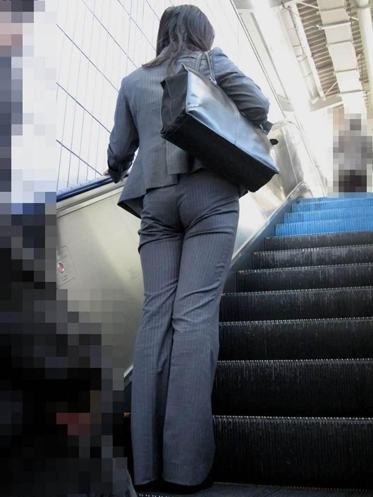 スーツに張り付くOLの巨尻パンティラインエロ画像5枚目