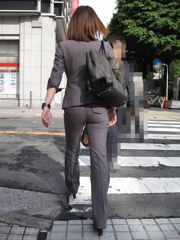 スーツに張り付くOLの巨尻パンティラインエロ画像8枚目