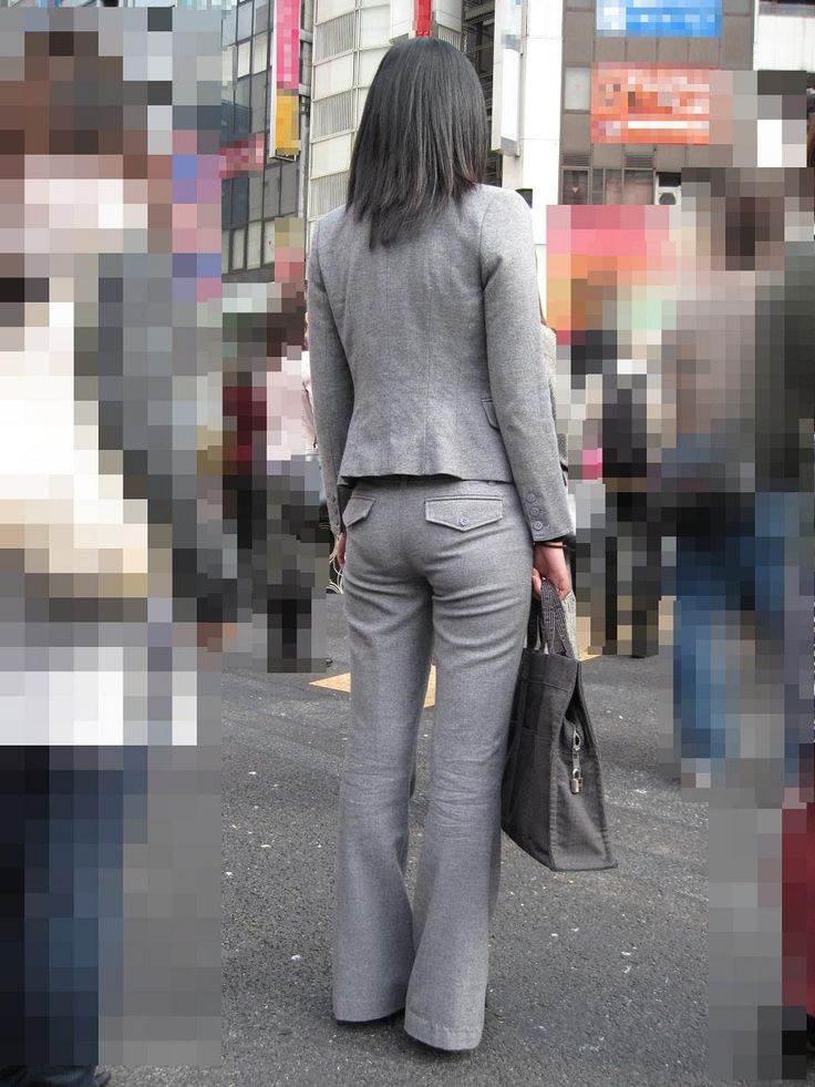 スーツに張り付くOLの巨尻パンティラインエロ画像9枚目