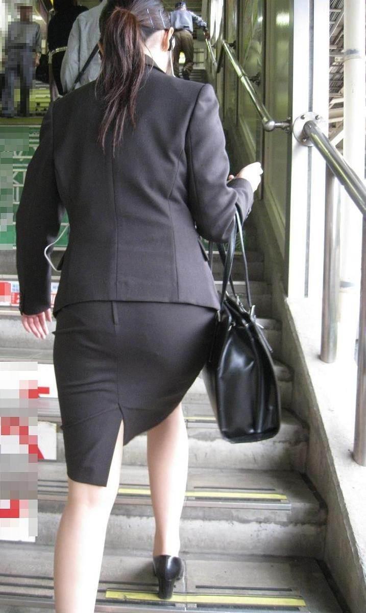 スーツに張り付くOLの巨尻パンティラインエロ画像11枚目