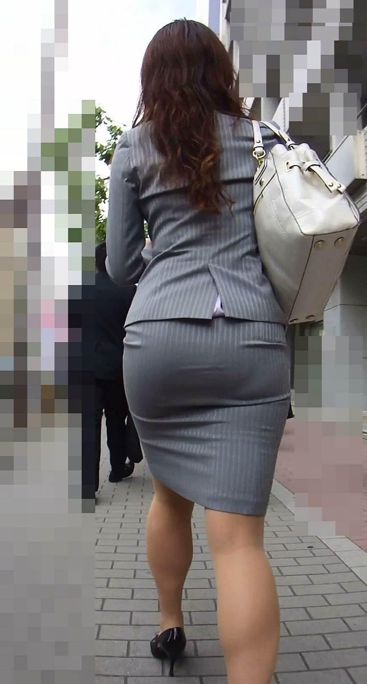 スーツに張り付くOLの巨尻パンティラインエロ画像15枚目