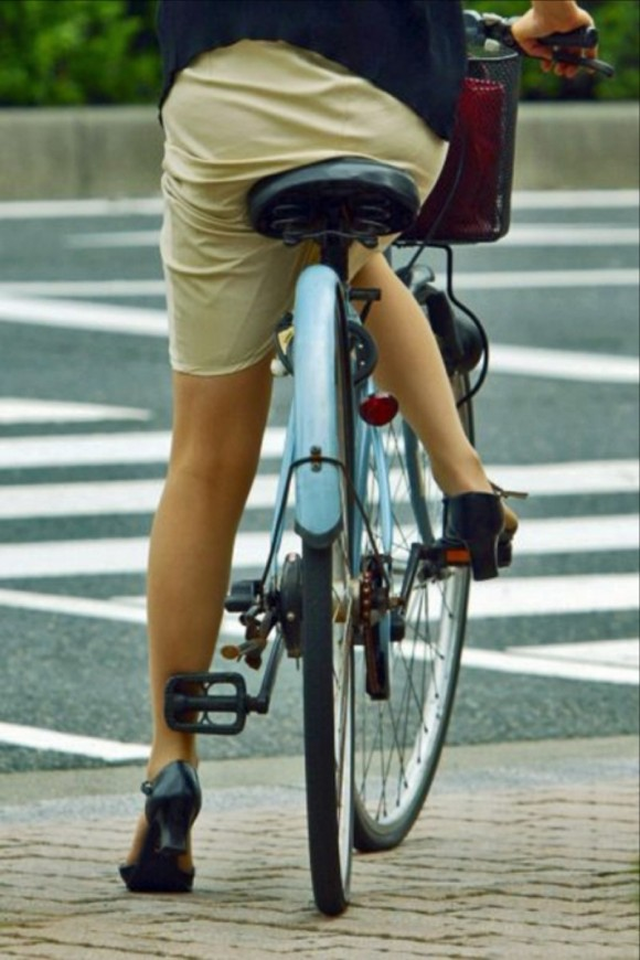 リクスー新人OLが自転車で急ぐ所を盗撮エロ画像5枚目