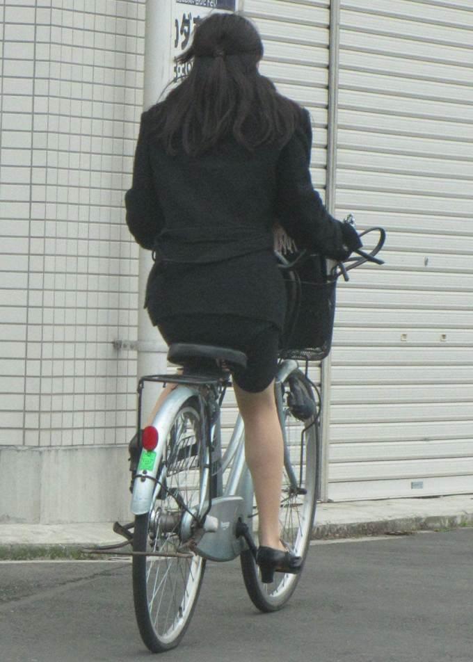 リクスー新人OLが自転車で急ぐ所を盗撮エロ画像6枚目