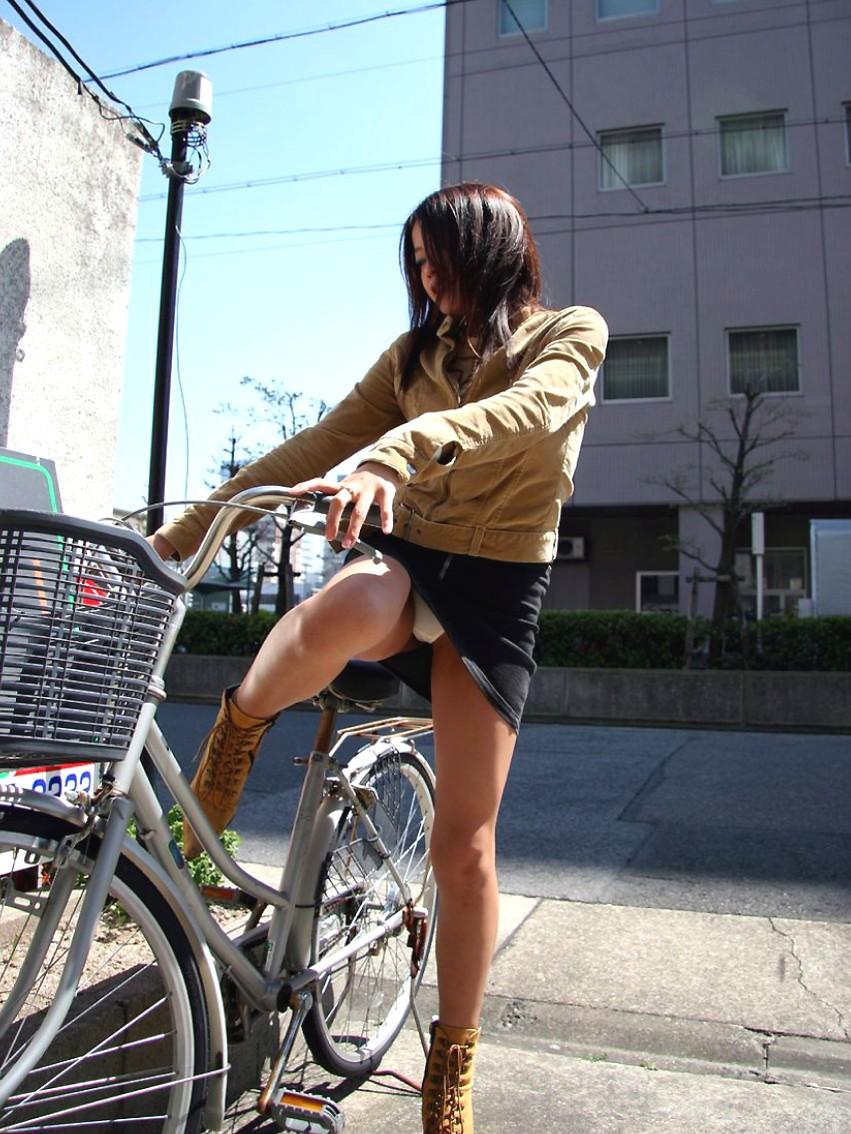 リクスー新人OLが自転車で急ぐ所を盗撮エロ画像7枚目