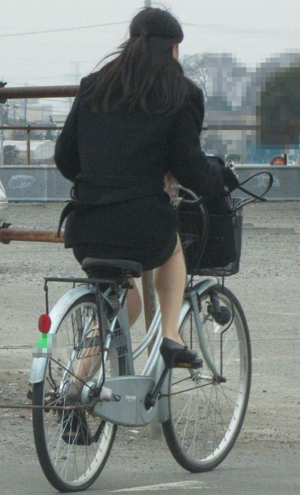 リクスー新人OLが自転車で急ぐ所を盗撮エロ画像9枚目