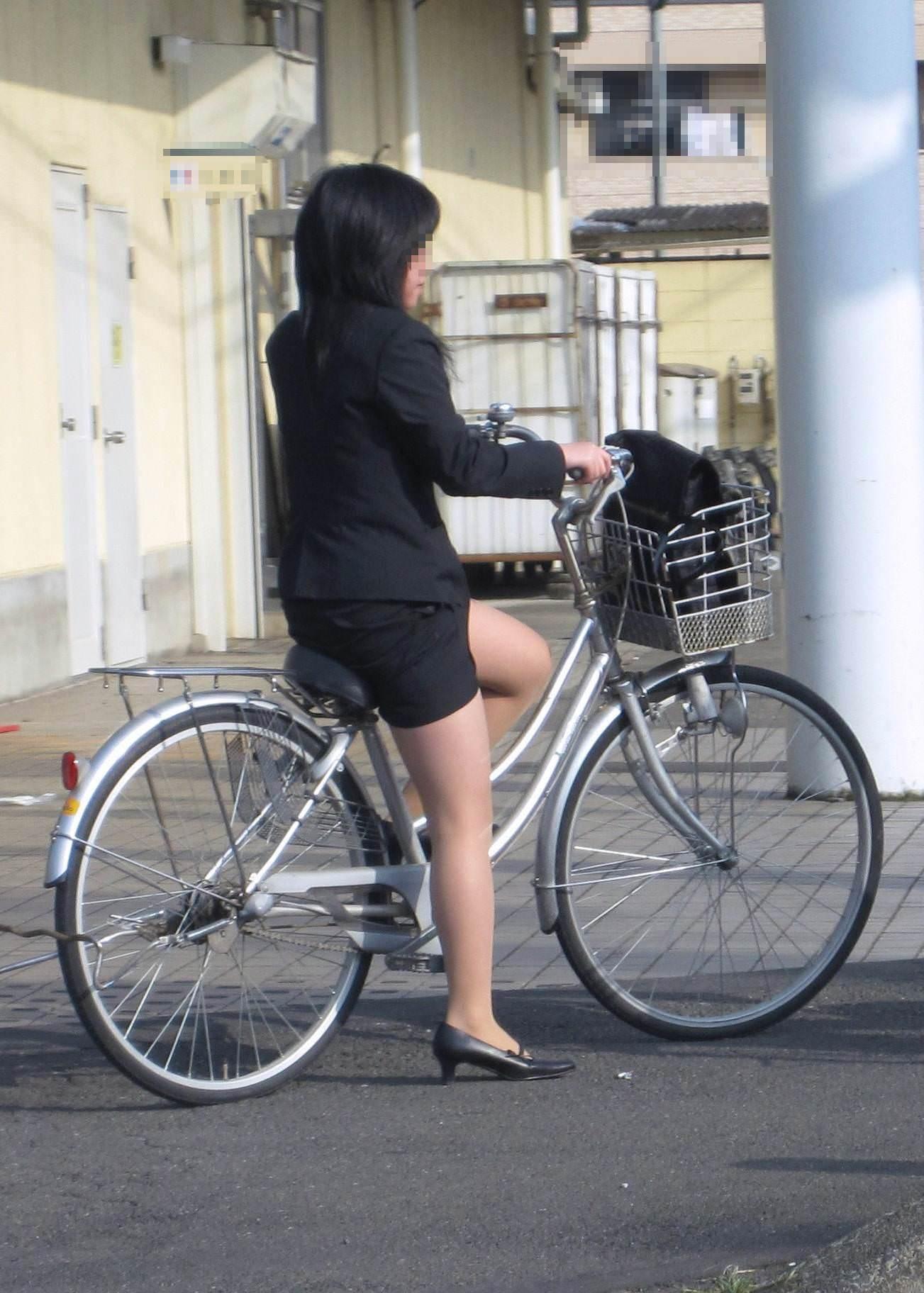リクスー新人OLが自転車で急ぐ所を盗撮エロ画像13枚目