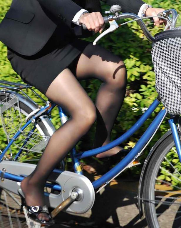 リクスー新人OLが自転車で急ぐ所を盗撮エロ画像14枚目