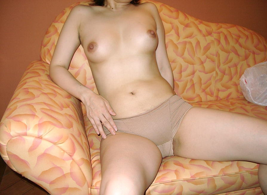 ベージュの下着姿がエロいセフレ女上司のOL画像2枚目