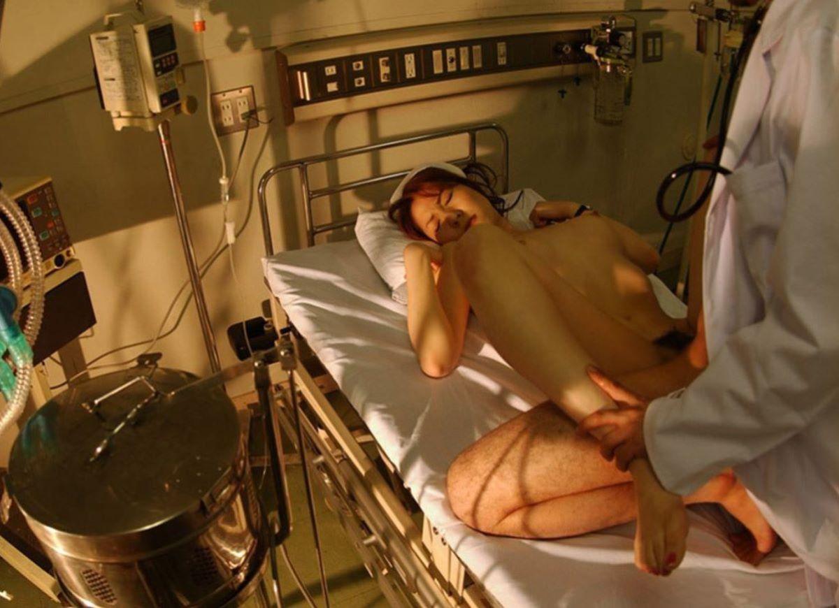 空き病室で医師とSEXをしてしまったナースの画像1枚目