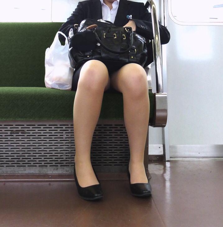 電車内対面の美脚タイトから盗撮された三角OL画像2枚目