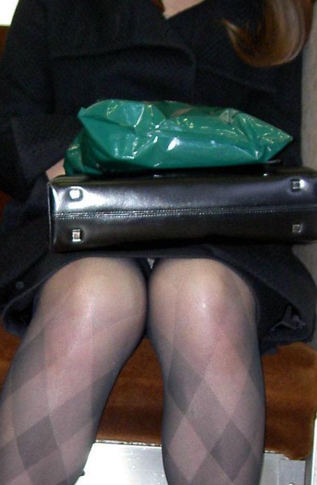 電車内対面の美脚タイトから盗撮された三角OL画像3枚目
