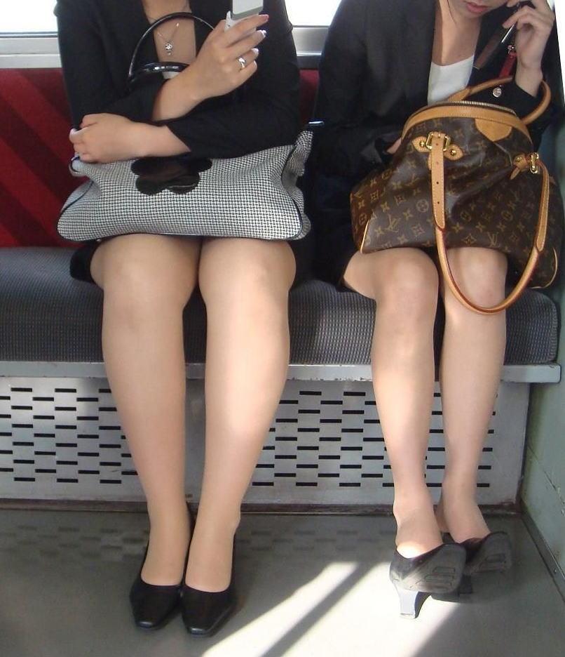 電車内対面の美脚タイトから盗撮された三角OL画像4枚目