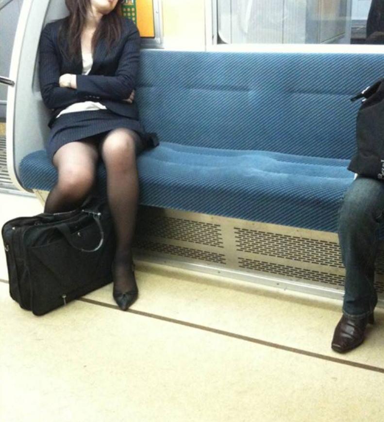 電車内対面の美脚タイトから盗撮された三角OL画像11枚目