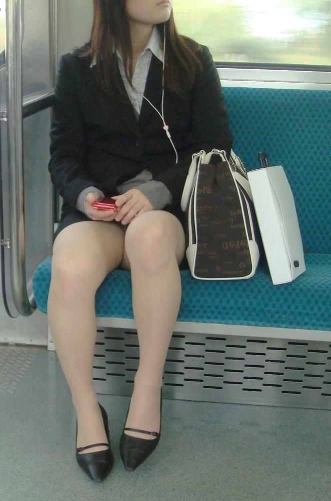 電車内対面の美脚タイトから盗撮された三角OL画像12枚目