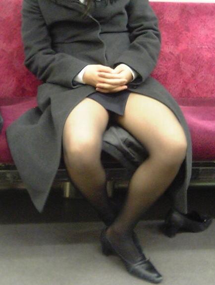電車内対面の美脚タイトから盗撮された三角OL画像13枚目