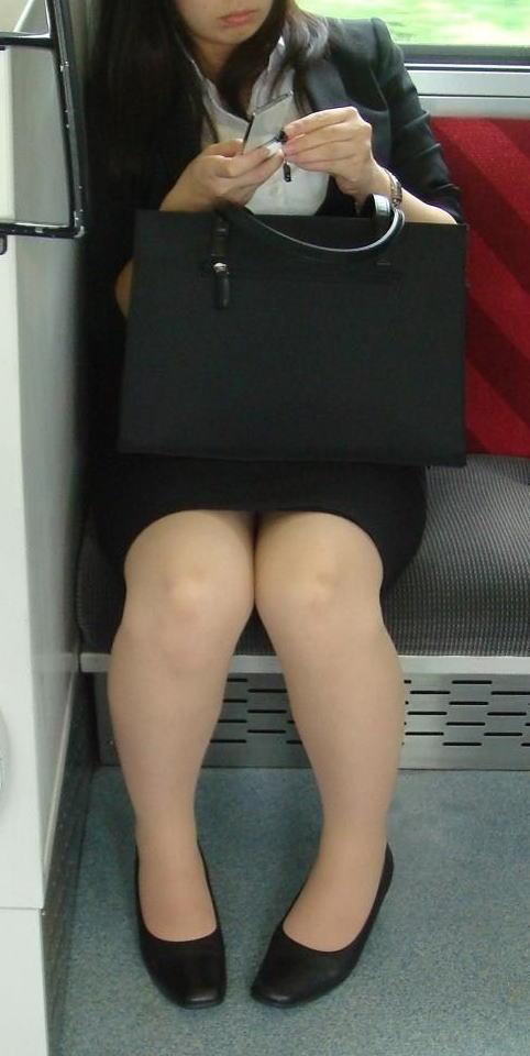 電車内対面の美脚タイトから盗撮された三角OL画像14枚目