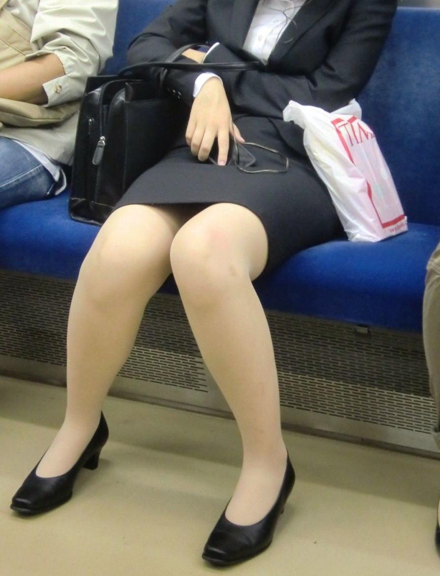 電車内対面の美脚タイトから盗撮された三角OL画像15枚目