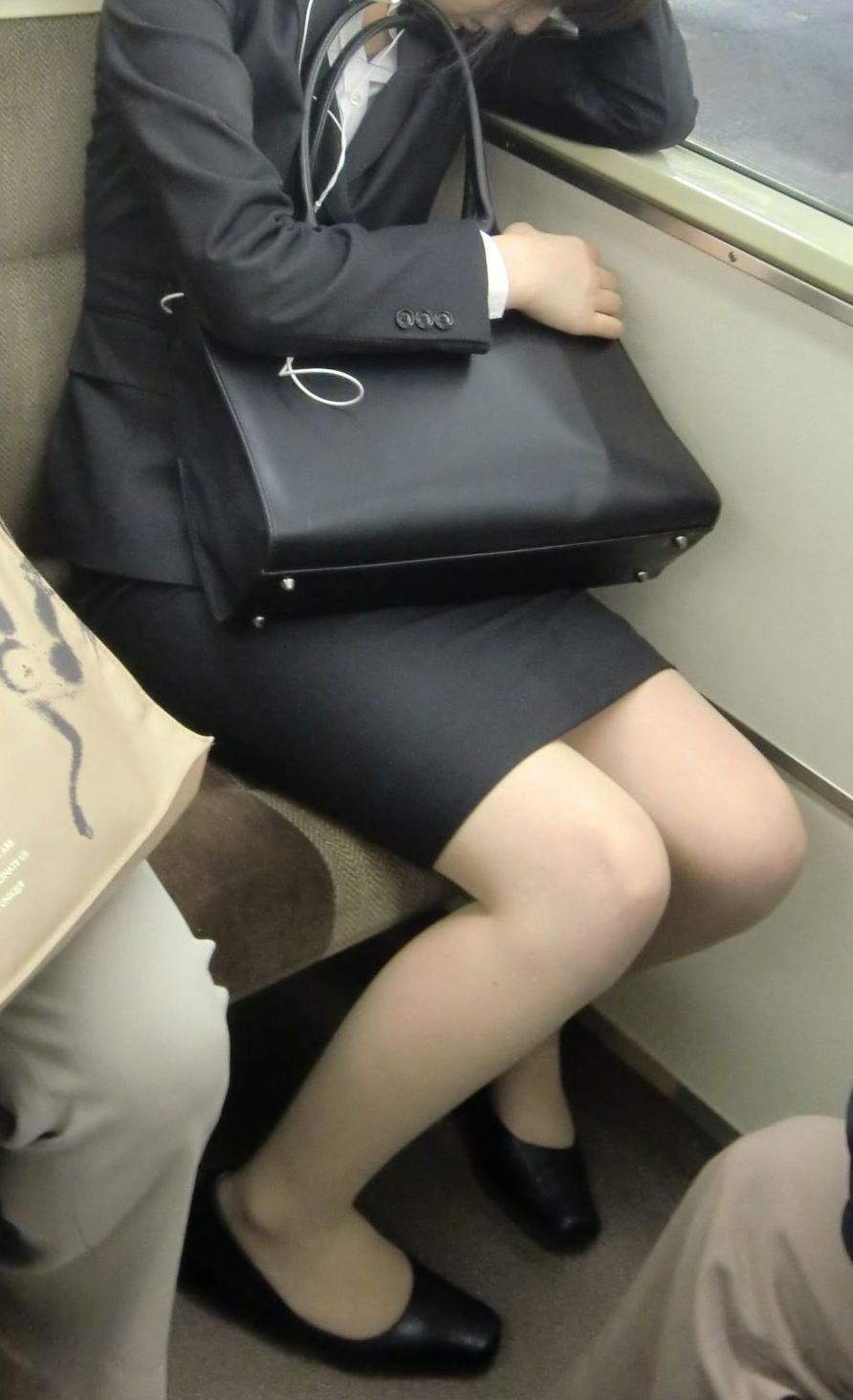 電車内対面の美脚タイトから盗撮された三角OL画像16枚目