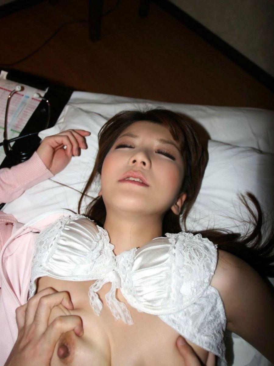溜まった性欲を入院患者とSEXし満たすナース画像4枚目