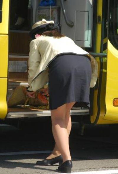 張り付いたバスガイドの巨尻タイトスカート盗撮画像2枚目