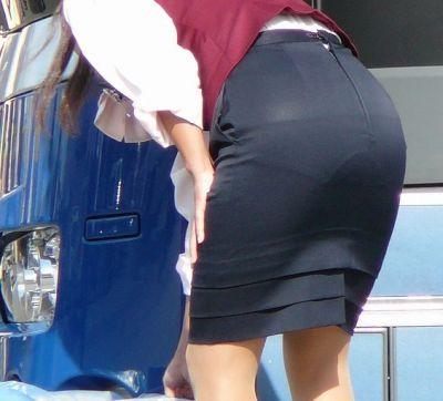 張り付いたバスガイドの巨尻タイトスカート盗撮画像4枚目