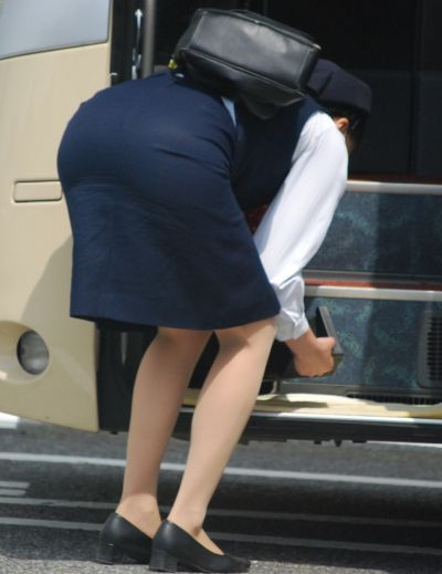 張り付いたバスガイドの巨尻タイトスカート盗撮画像16枚目