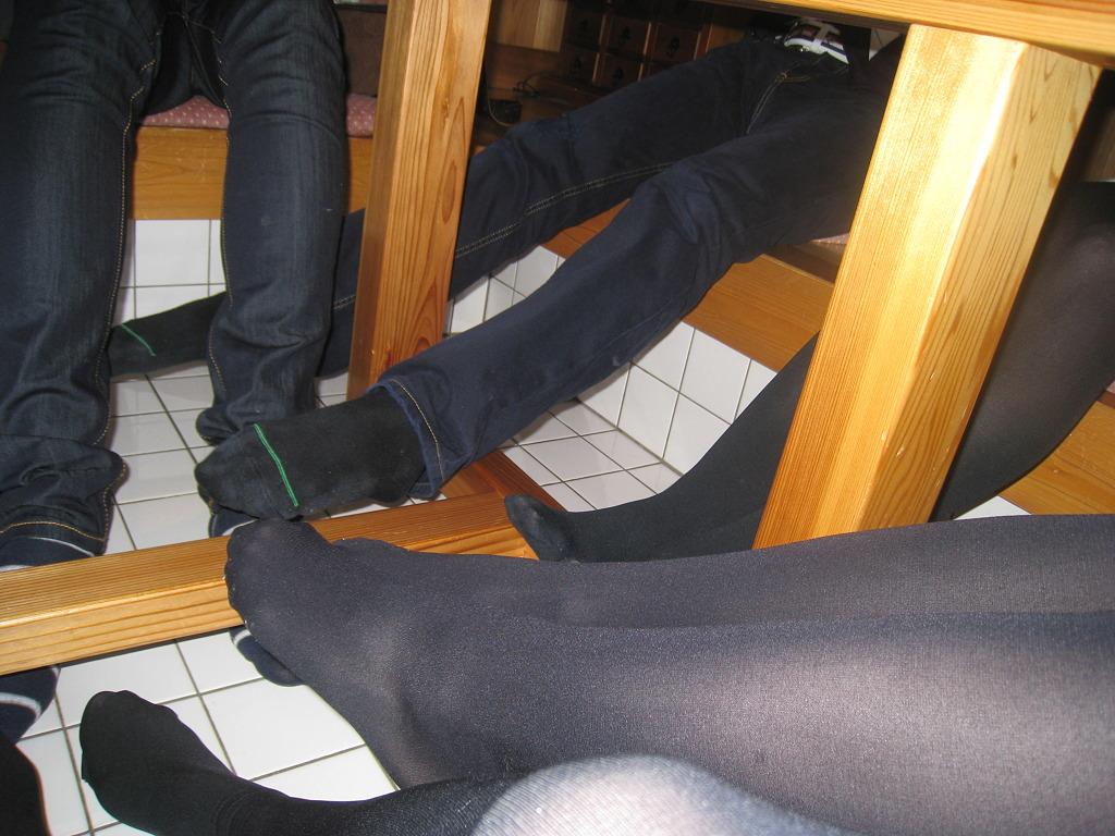蒸れちゃって靴を脱いだパンストOL足裏エロ画像2枚目