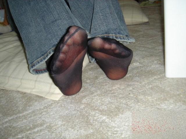 蒸れちゃって靴を脱いだパンストOL足裏エロ画像5枚目