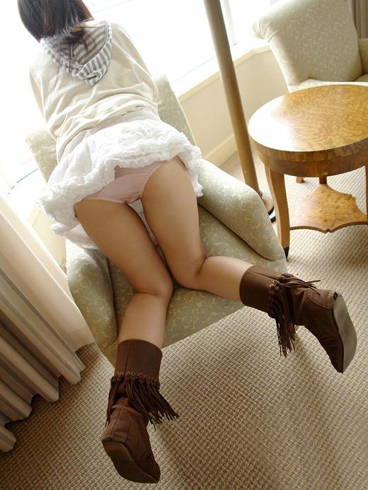 エロいブーツを物色するミニスカ休日OLエロ画像5枚目