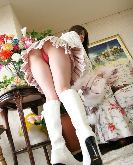 エロいブーツを物色するミニスカ休日OLエロ画像6枚目