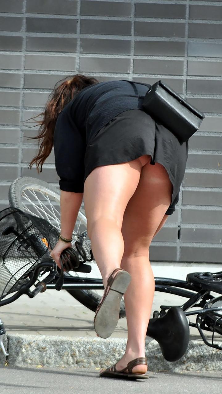 自転車を漕ぐ時三角パンチラしてしまったOL画像2枚目
