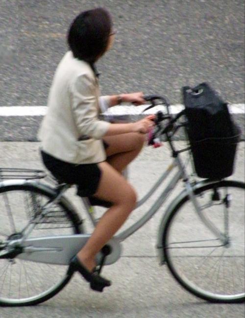 自転車を漕ぐ時三角パンチラしてしまったOL画像4枚目