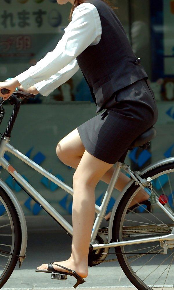 自転車を漕ぐ時三角パンチラしてしまったOL画像13枚目