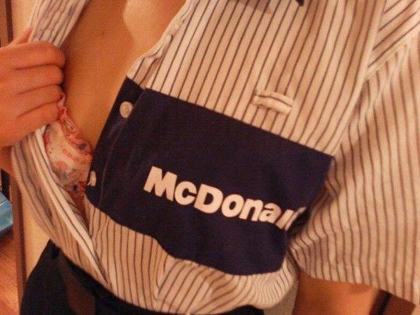 トイレ盗撮されてしまったマクドナルド店員エロ画像13枚目