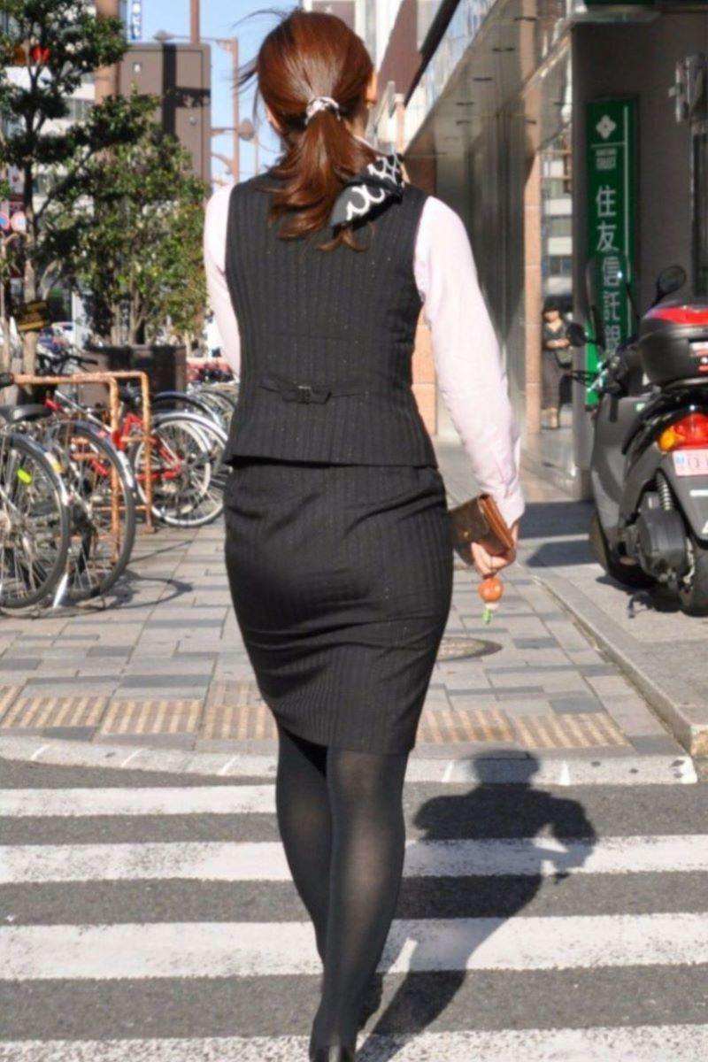 美脚でロングヘアーのタイトスカートOLエロ画像9枚目