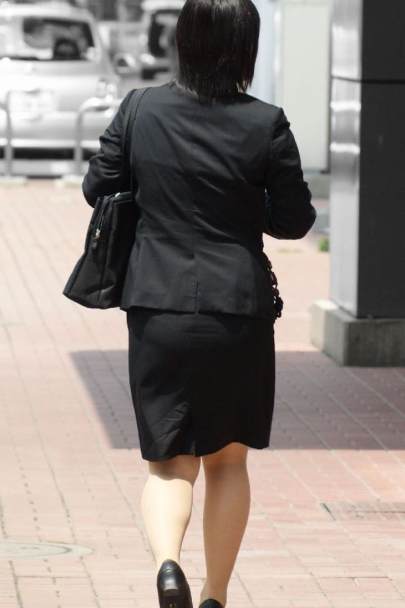 美脚でロングヘアーのタイトスカートOLエロ画像10枚目