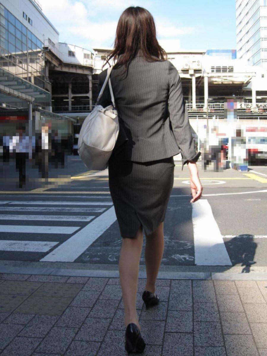 美脚でロングヘアーのタイトスカートOLエロ画像16枚目