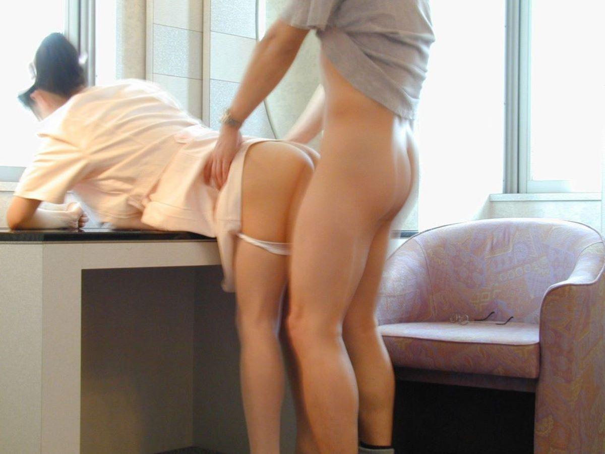 家族待合室でレイプされる白衣ナースのエロ画像1枚目