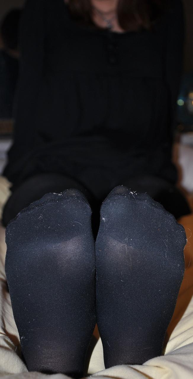 黒いパンストの足裏とつま先の性奴隷調教OL画像9枚目