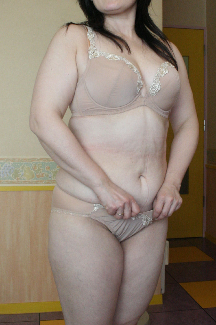 いやらしい体の不倫願望人妻OLの下着姿エロ画像14枚目