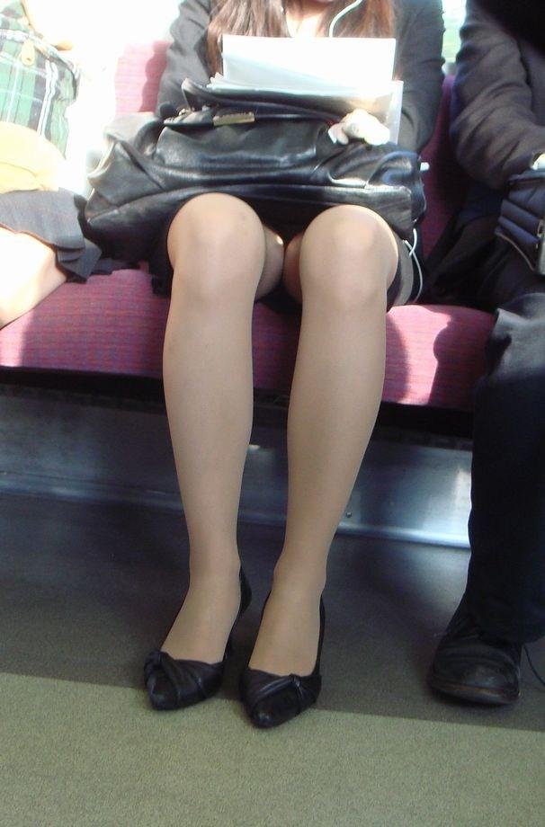 終電間際の電車内でリクスーOLの三角盗撮した画像3枚目